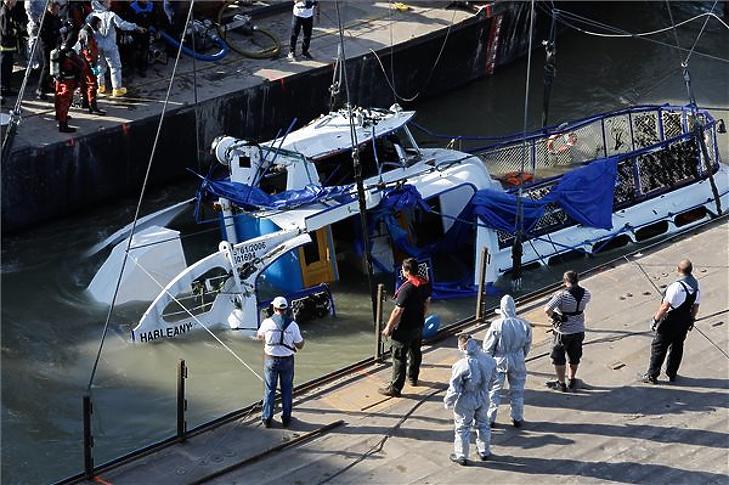 A Clark Ádám úszódaru kiemeli a balesetben elsüllyedt Hableány turistahajó roncsát a Margit hídnál 2019. június 11-én. (MTI/Mohai Balázs)