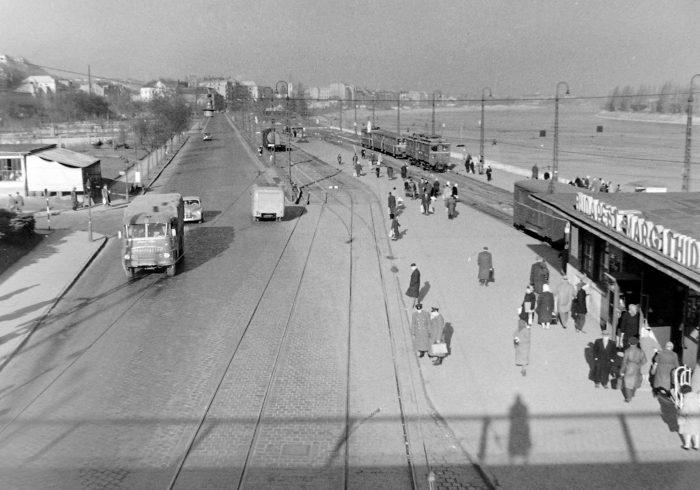 Az új végállomás a Margit-híd budai hídfőjénél. (forrás: Fortepan)