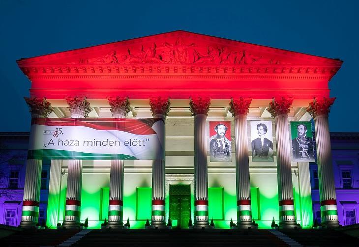 A nemzeti ünnep tiszteletére feldíszített Magyar Nemzeti Múzeum épülete esti díszkivilágításban 2021. március 13-án.  MTI/Mohai Balázs