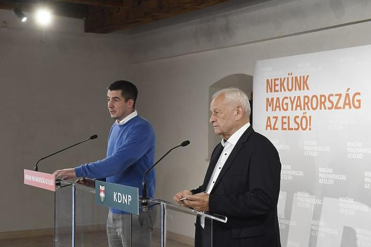Kocsis Máté, a Fidesz és Harrach Péter, a KDNP frakcióvezetője sajtótájékoztatót tart a két párt közös frakcióülése szünetében Balatonalmádiban (Fotó: MTI/Koszticsák Szilárd)