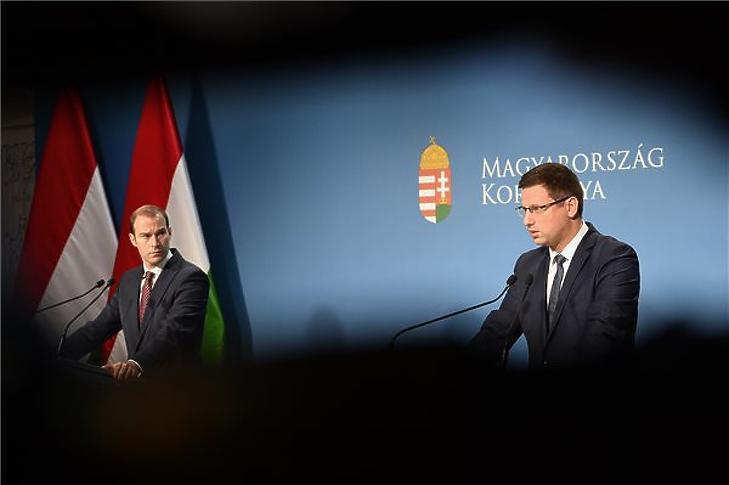 Gulyás Gergely (j) és Hollik István a Kormányinfón, 2019. november 28-án. (MTI/Soós Lajos)