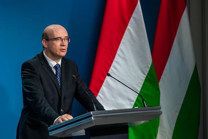 Maruzsa Zoltán közoktatásért felelős államtitkár: No vakcina, no party. Fotó: koronavirus.gov.hu