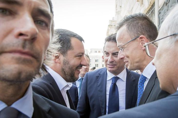 Matteo Salvini olasz belügyminiszter (b2), Massimo Rustico, Olaszország magyarországi nagykövete (b3) és Szijjártó Péter külgazdasági és külügyminiszter (j) Triesztben 2019. július 5-én. (Fotó: MTI/KKM/Burger Zsolt)