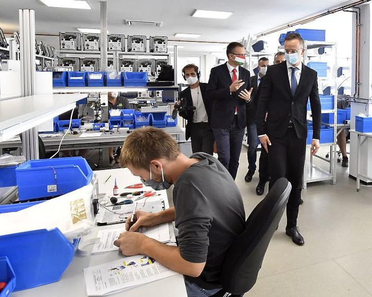 Szijjártó Péter külgazdasági és külügyminiszter (és Rétvári Bence, az Emberi Erőforrások Minisztériumának parlamenti államtitkára, a térség KDNP-s országgyűlési képviselője (j2) a Panther 5 típusú lélegeztetőgépeket gyártó Celitron Medical Technologies Kft. váci központjában 2020. szeptember 25-én. (Fotó: MTI/Máthé Zoltán)