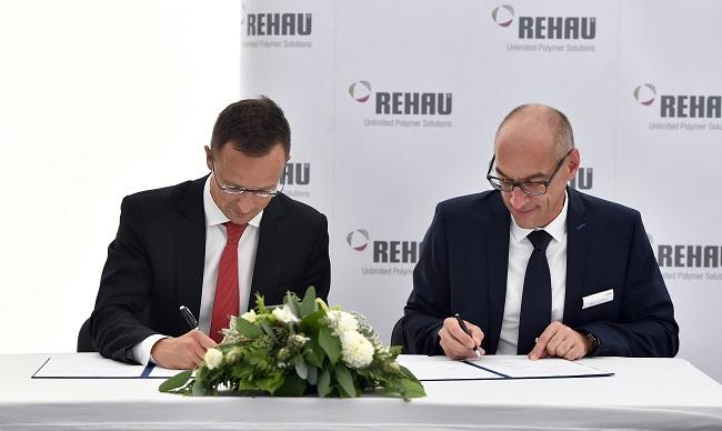 Szijjártó Péter és Markus Grundmann, a Rehau-csoport autóipari stratégiai üzletágának vezérigazgatója (Fotó: MTI)