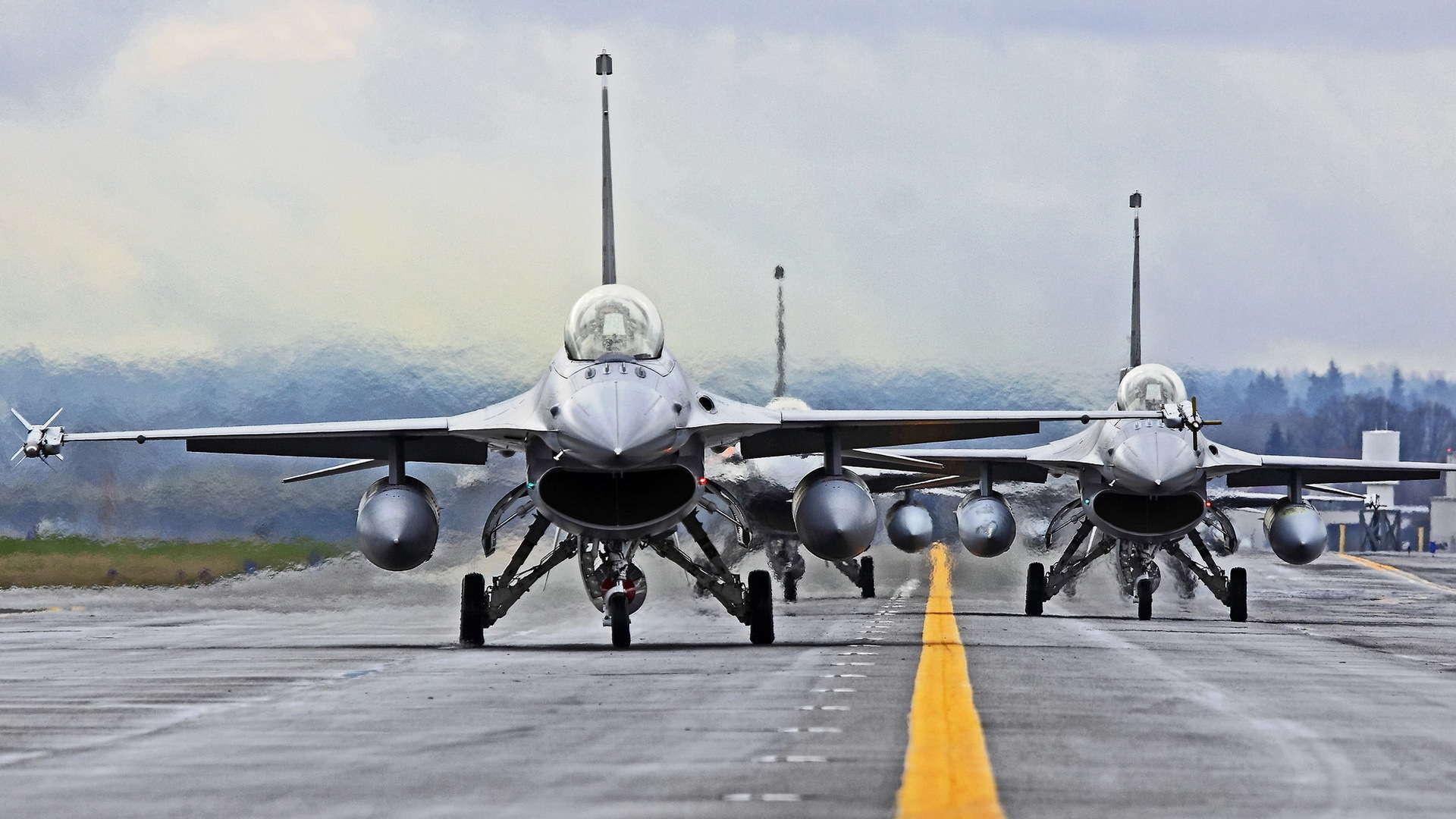 Amerikai F-16-os vadászrepülők a kifutópályán. (illusztráció)