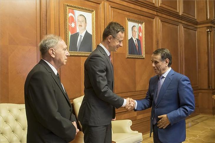 Szijjártó Péter és Novruz Mamedov azeri miniszterelnök Bakuban, 2019. március 29-én. Balról Kárpáti György tolmács. (Fotó: MTI/KKM/Burger Zsolt)