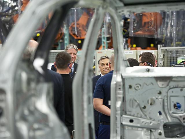 Pár éve Orbán is járt a kecskeméti gyárban (Fotó: MTI)