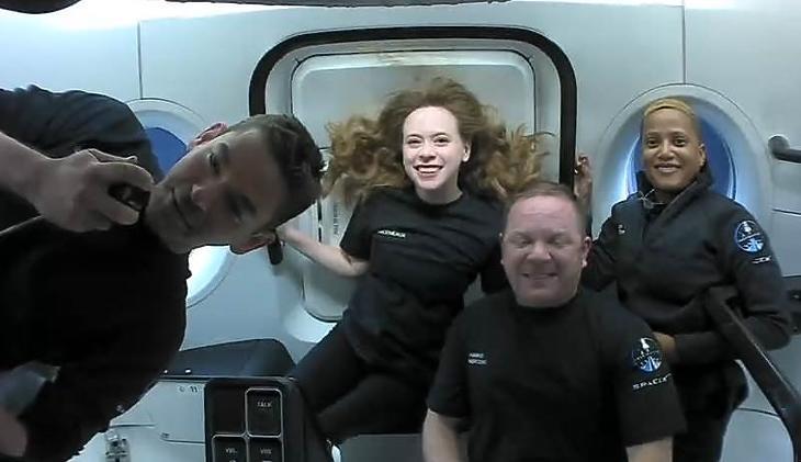 Négy amatőr űrtörténelmet írt - az Inspiration4 legénysége az első űrben töltött napján. Fotó: SpaceX