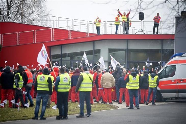 Sztrájkoló dolgozók a győri Audi épülete előtt. (Fotó: MTI/Krizsán Csaba)