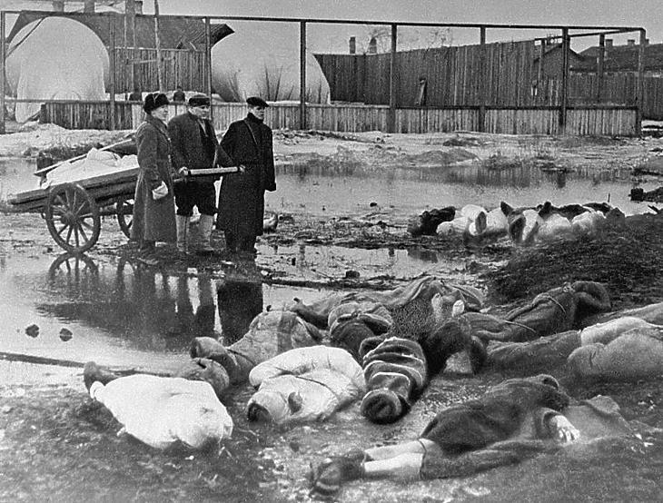 Három ember az ostrom áldozatait temeti Leningrádban 1942-ben. (Forrás: Wikipédia)