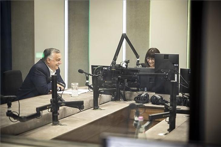 Orbán Viktor interjút ad Nagy Katalin műsorvezetőnek a Jó reggelt, Magyarország! című műsorban a Kossuth rádió stúdiójában 2021. június 18-án. Illusztráció.  (Fotó: MTI/Miniszterelnöki Sajtóiroda/Fischer Zoltán)