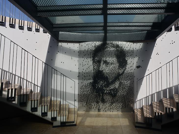 Ybl Miklós arcképe rajzolódik ki az alagsori bejáratnál elhelyezett különleges alkotásból