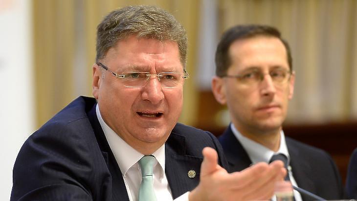 Kérdés, hogy a háttérben lévő Varga Mihály pénzügyminiszter mit hall meg ebből (fotó: MTI)