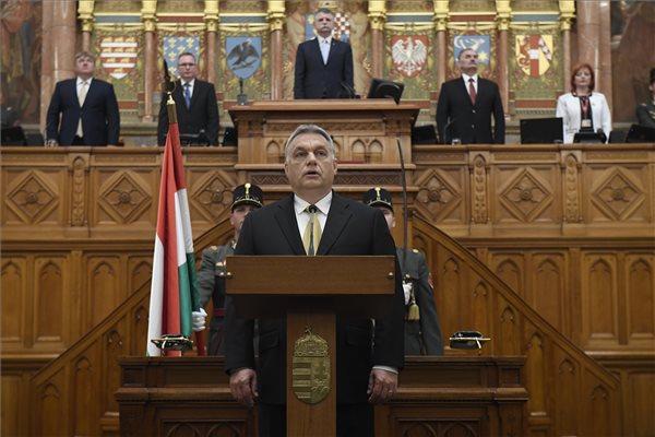 Orbán Viktor miniszterelnök (k) ünnepélyes eskütétele az Országgyűlés plenáris ülésén 2018. május 10-én. Mögötte Kövér László házelnök. (MTI / Kovács Tamás)