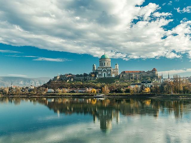 Az esztergomi várhegy és a Duna látképe Párkányból. (forrás: Wikipédia)