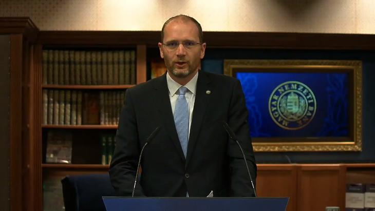Kandrács Csaba jegybank-alelnök online sajtótájékoztatója a Monetáris Tanács április 7-i ülését követően. (Forrás: az MNB élő YouTube-os közvetítése)
