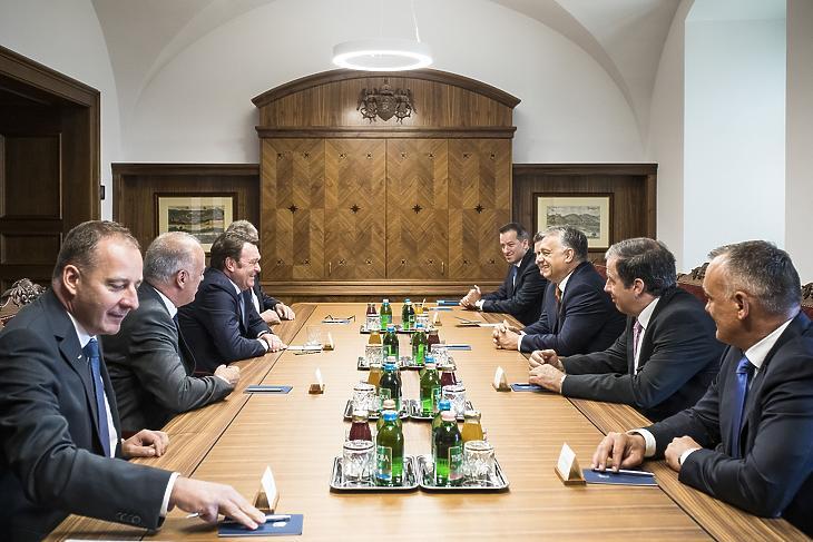 A Miniszterelnöki Sajtóiroda által közzétett képen Orbán Viktor kormányfő és Bram Schot, az Audi AG igazgatótanácsának elnöke (balról a harmadik) tárgyal Budapesten, a Karmelita kolostorban 2019. július 4-én. MTI/Miniszterelnöki Sajtóiroda/Szecsődi Balázs