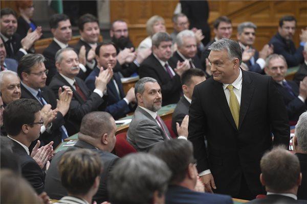Megtapsolja a Fidesz-KDNP-frakció Orbán Viktor ügyvezető miniszterelnököt (j) az Országgyűlés plenáris ülésén. (MTI / Kovács Tamás)