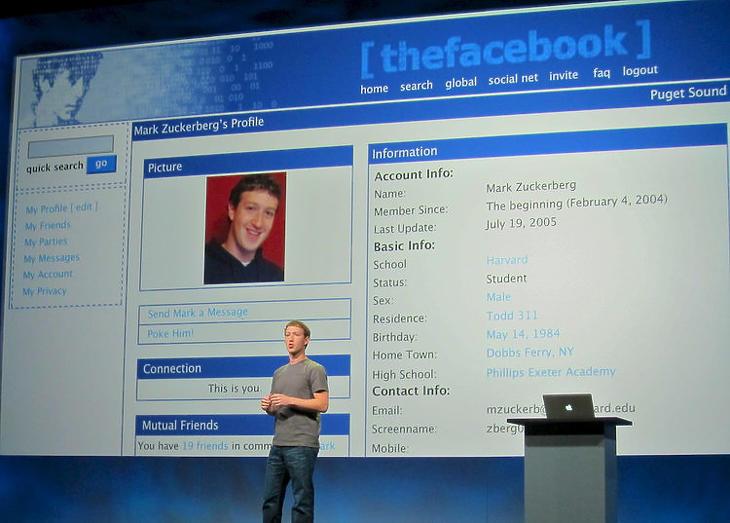 Zuckerberg a saját, elsőverziós profilja előtt magyaráz. (Forrás: Business Insider)