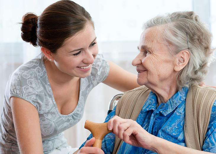 Végre kijöhetnek az idősek és meg is látogathatjuk őket az otthonból. Fotó: Depositphotos