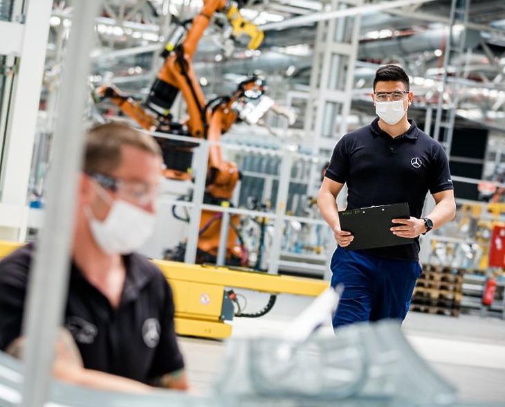 Védőfelszerelést viselő dolgozók a kecskeméti Mercedes-gyár termelésének újraindulásakor, 2020 májusában. (Fotó: Mercedes-Benz Manufacturing Hungary)