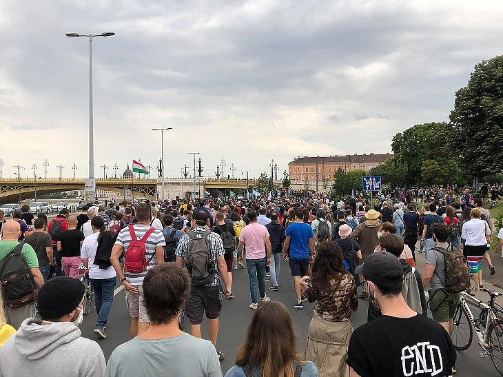 A lap olvasói tüntetnek az index.hu mellett, a sajtószabadságért Budapesten, 2020. július 24-én. (Fotó: Csabai Károly, mfor.hu)