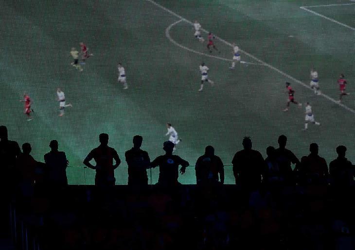 Szurkolók nézik a 2019-es Bajnokok ligája döntőt a madridi Wanda Metropolitano stadion kivetítőjén. (Fotó: BPI/Rex/Shutterstock)