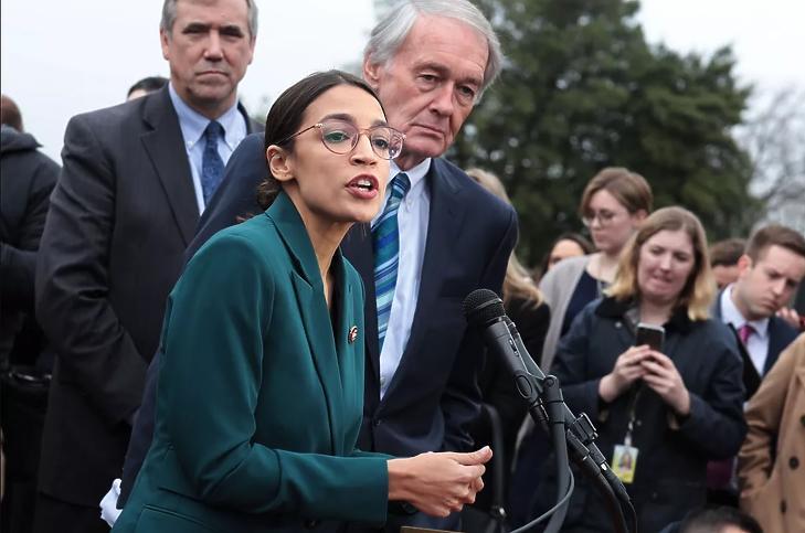 Edward J. Markey és Alexandria Ocasio-Cortez a Green New Deal-t bemutató sajtótájékoztatón. (Fotó: Getty)