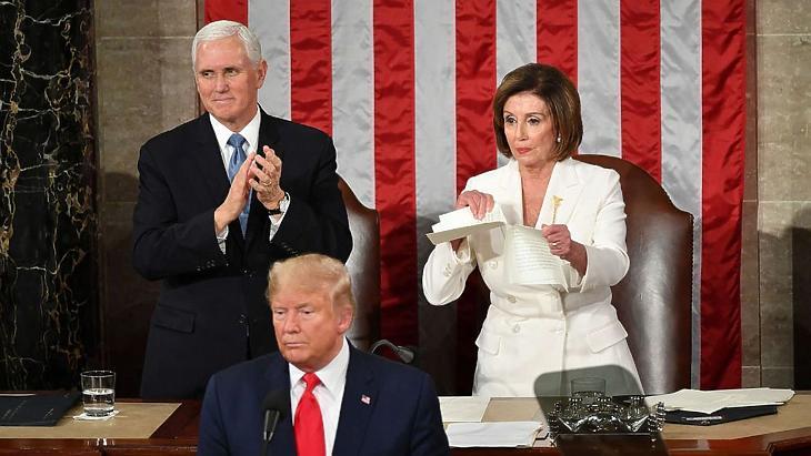 Nancy Peloshi széttépi Donald Trump szövegét a 2020. februári State of the Union-évértékelőn. A kapcsolatuk azóta csak romlott (Fotó: Getty)