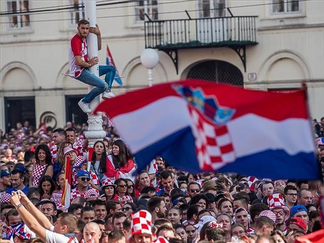 Szurkolók a Franciaország - Horvátország döntőjének közvetítése előtt Zágrábban. (MTI Fotó: Balogh Zoltán)