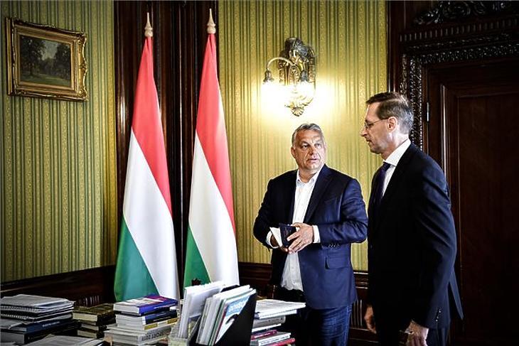 A Miniszterelnöki Sajtóiroda által közreadott képen Orbán Viktor miniszterelnök (b) Varga Mihály pénzügyminiszterrel egyeztet az idei és a jövő évi költségvetésről valamint a gazdaságvédelmi akcióterv végrehajtásáról a PM épületében 2020. május 11-én. MTI/Miniszterelnöki Sajtóiroda/Benko Vivien Cher