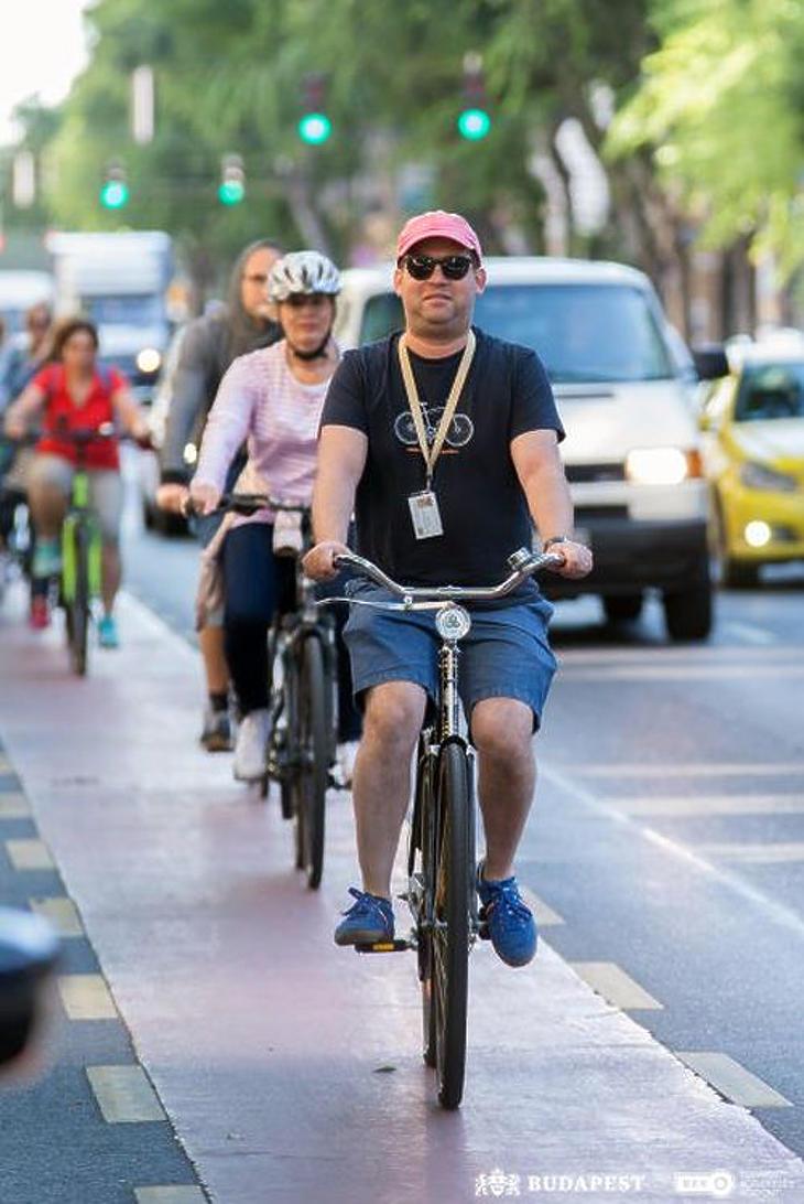 Rényi Ádám, a Városháza kommunikációs igazgatója kétkeréken mutatta be a biciklisávokat (Fotó: BKK)