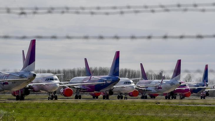 A Wizz Air repülőgépei parkolnak a Debreceni Nemzetközi Repülőtér kifutópályája mellett 2020. március 22-én, a koronavírus-járvány első hulláma idején. A fotó már a múlté: újra repül a flotta. Fotó: MTI/Czeglédi Zsolt