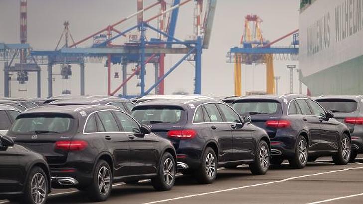 Mercedesek sorakoznak elszállításra várva Bremerhaven kikötőjében 2018. június 1-jén. (Fotó: AFP)