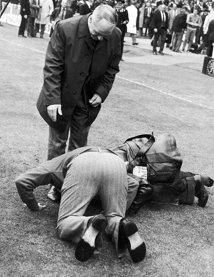 1974. Wembley: Shankly lábát csókolgató Liverpool-szurkolók a menedzser utolsó tétmérkőzése, a 100 ezer néző előtt megnyert FA Kupa döntő után (worldfootballindex.com)