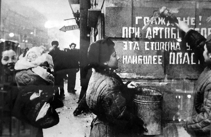 Ünnepel az ostrom alól felszabadult Leningrád. (Forrás: Wikipédia)