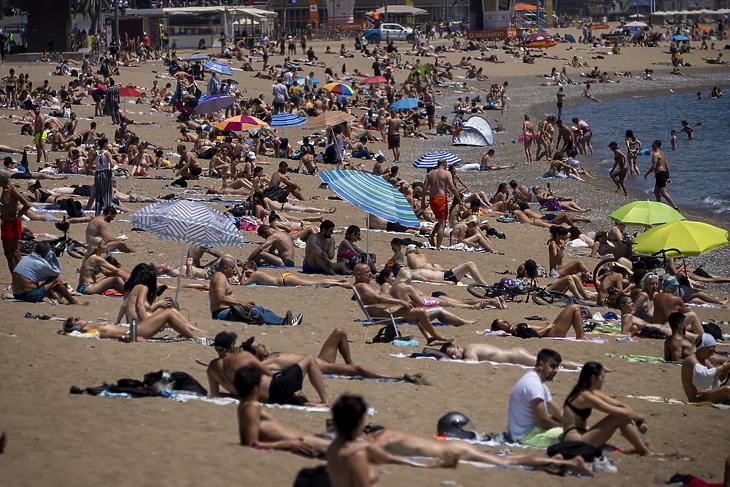 Tömött strand Barcelona tengerpartján, 2021. június 8-án. Vajon szellősebbé teszi majd a partot a delta variáns? (Fotó: MTI/AP/Emilio Morenatti)