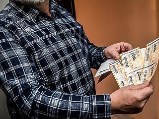 Apró malőr: csak a választás után érkeznek meg az idősekhez az Erzsébet-utalványok