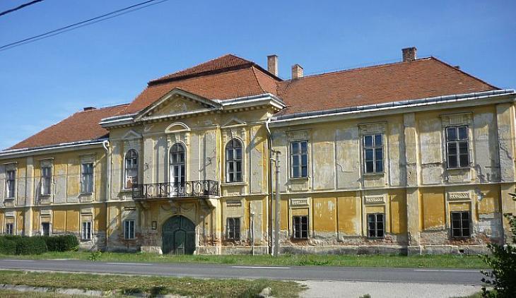A romos Ürményi-Dreher kastély Válon. (Forrás: wikipedia, Creative Commons)