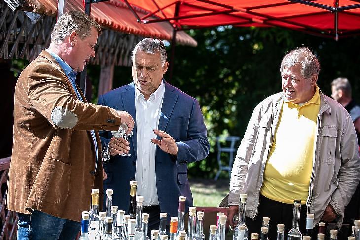 A politikusainkról is rendszeresen készül kép felespohárral a kézben (Fotó: MTI/Miniszterelnöki Sajtóiroda/Fischer Zoltán)