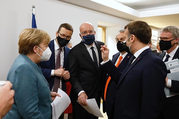 Orbán Viktor tagállami és uniós vezetők gyűrűjében Brüsszelben 2020. december 10-én. (Fotó: Európai Tanács)