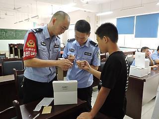 Szintet lépett a kínai rendőrállam: vérmintákból építenek nyilvántartást a teljes férfilakosságról