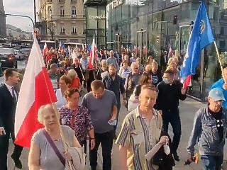 Ezrek tüntettek Lengyelországban egy amerikai tévécsatorna védelmében, melyet a magyarról másolt médiatörvénnyel akar kicsinálni a kormány
