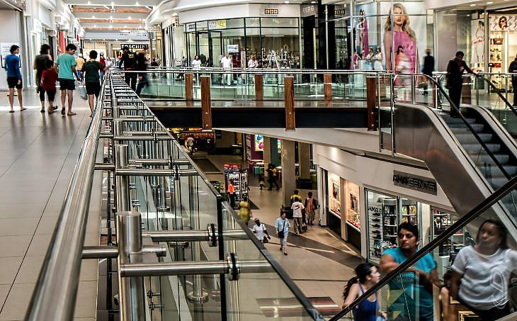 Ennél azért többen vannak most a bevásárlóközpontokban (forrás: pixabay.com)