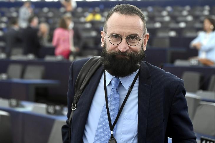 Szájer József, a Fidesz-KDNP lemondott képviselője az Európai Parlament plenáris ülésén 2019-ben. Sokba kerül a távozás. Fotó: MTI/Koszticsák Szilárd