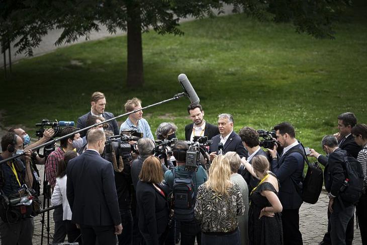 Orbán Viktor kormányfõ brüsszeli újságíróknak nyilatkozik az Európai Unió csúcstalálkozójának harmadik napján a Leopold parkban 2020. július 19-én. Fotó: MTI