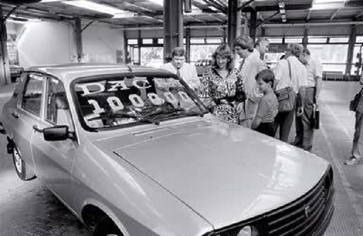 A százezredik Magyarországra szállított Dacia átvétele 1987. szeptember 15-én. (MTI Fotó: Kiss G. Péter)