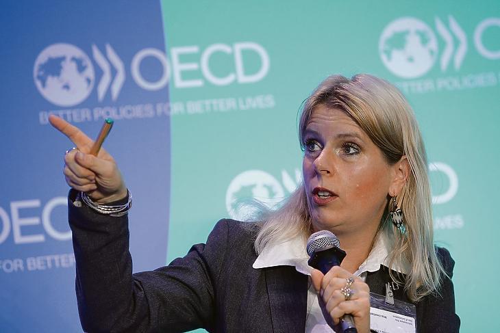 Ürge-Vorsatz Diána előadást tart az OECD párizsi konferenciáján 2016 június 1-én. Illusztráció. (Fotó: Marco Illuminati/OECD)