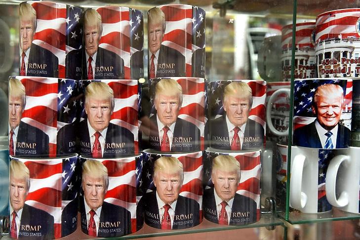Közel az emberekhez: Trump-bögrék egy New York-i ajándékboltban. (Depositphotos)